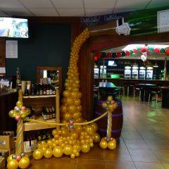 decoration pour un bar une cascade de bulles d or sortants d'une bouteille de champagne