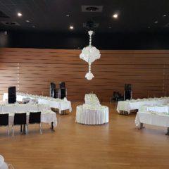 un lustre en ballons lumineux pour un mariage