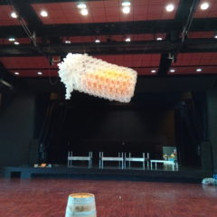 une cascade de ballons en forme de chope de bière géante