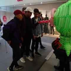 Distribution de flyers pendant la création de costume en ballons